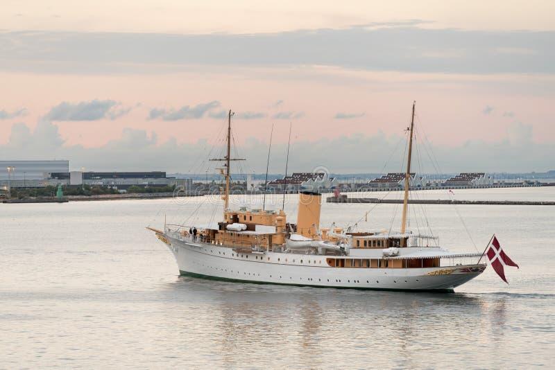 Son yacht danois Dannebrog de majesté dans le port de Copenhague images stock