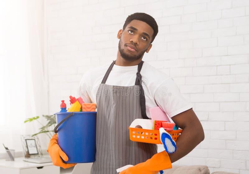 Sondage d'homme de couleur de travail de nettoyage à la maison photographie stock libre de droits