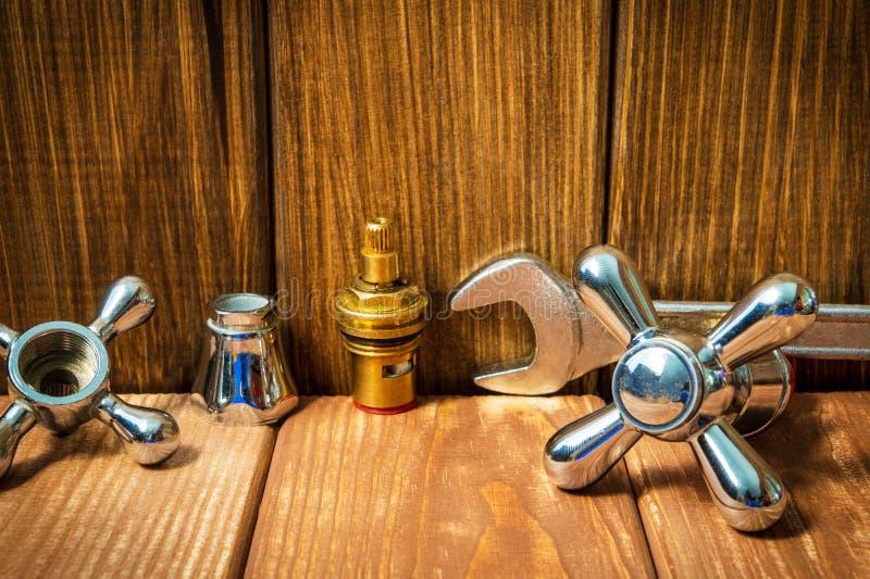 Sondando acessórios e ferramentas do reparo no fundo de madeira imagem de stock royalty free