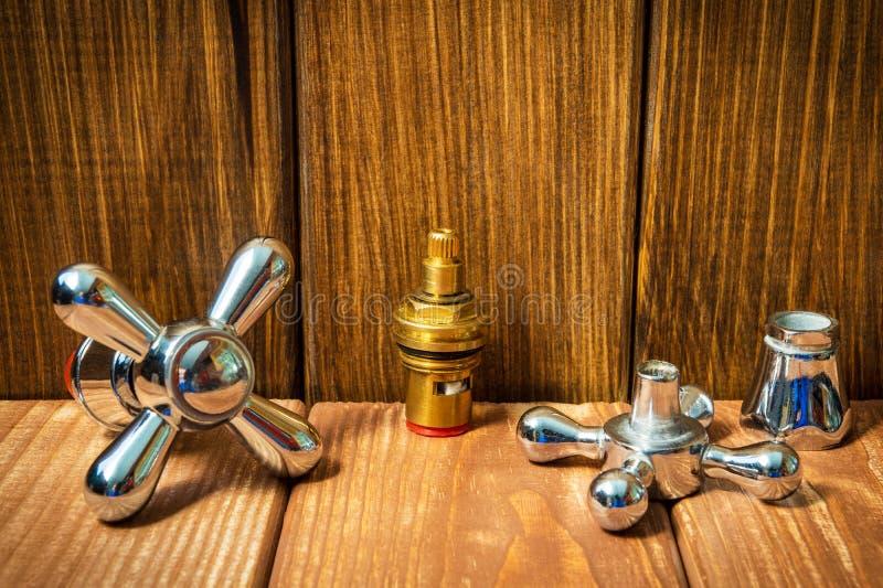 Sondando acessórios e ferramentas do reparo no fundo de madeira foto de stock