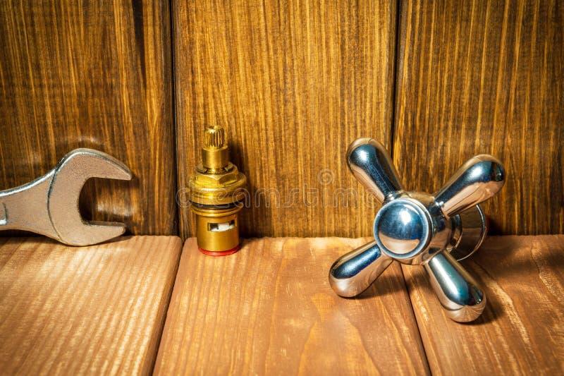Sondando acessórios e ferramentas do reparo no fundo de madeira fotos de stock