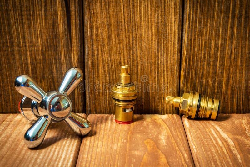 Sondando acessórios e ferramentas do reparo no fundo de madeira fotos de stock royalty free