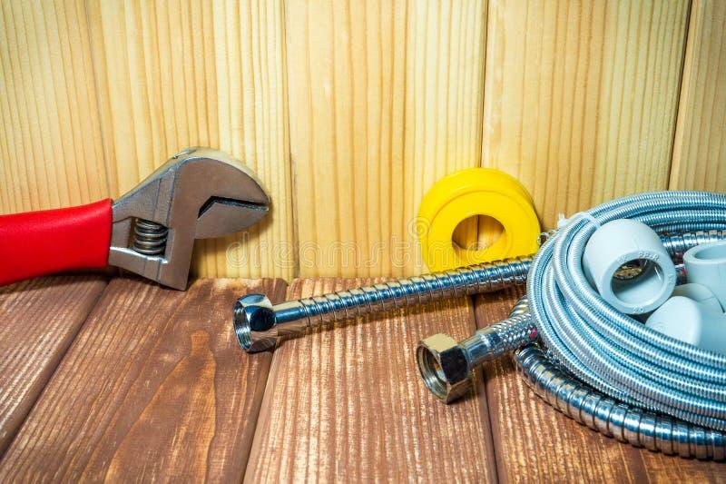Sondando fontes e ferramentas em de madeira, fundo do vintage fotos de stock royalty free