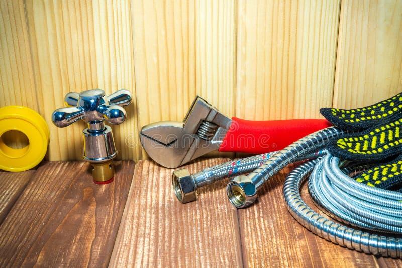 Sondando fontes e ferramentas em de madeira, fundo do vintage foto de stock