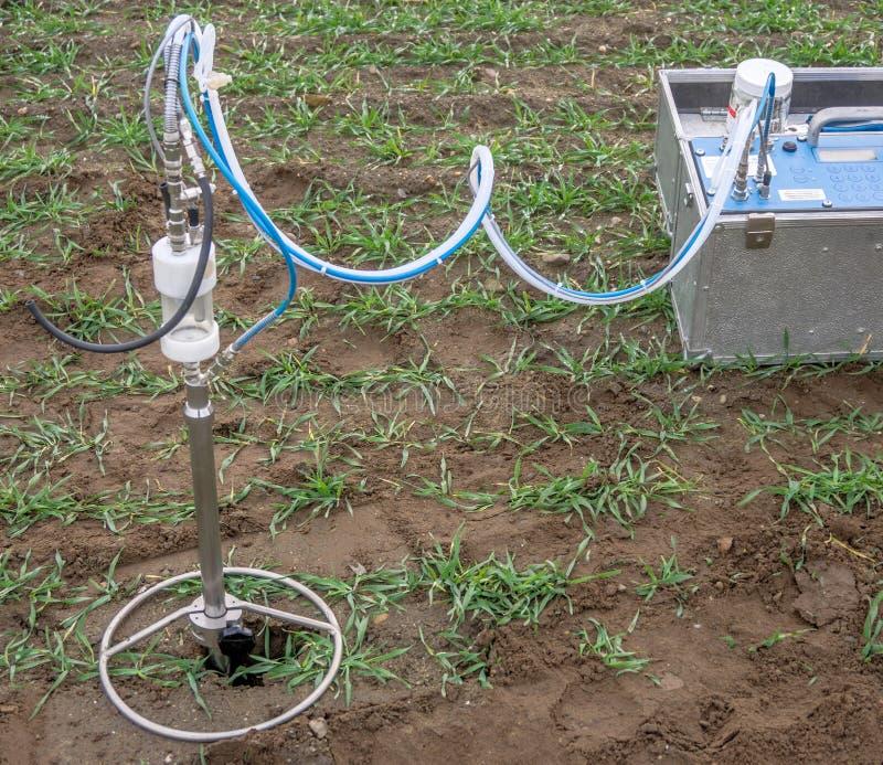 Sondera och pumpa för utdragning av jordluft från alvet för att testa royaltyfri fotografi