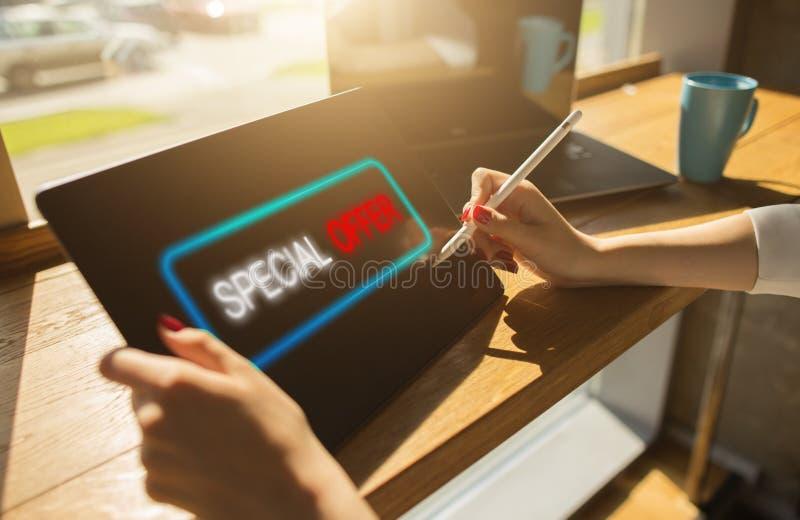 Sonderangebotmitteilung auf Gerätschirm Verkäufe und Marketing, Förderung und Werbekonzeption stockfoto