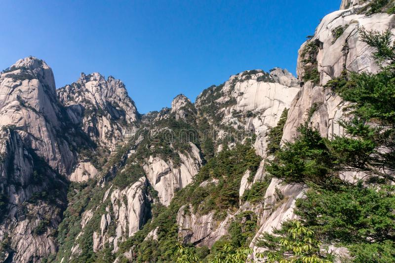 Sonderbar-förmige Felsen an einem nebeligen Tag, Huangshan-Berg in China lizenzfreie stockfotografie
