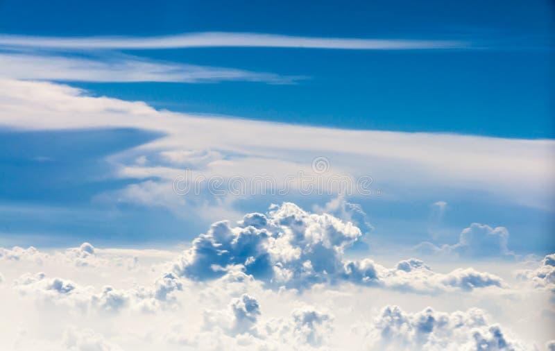Sonderbare geformte Wolken auf klarem blauem Himmel lizenzfreie stockbilder