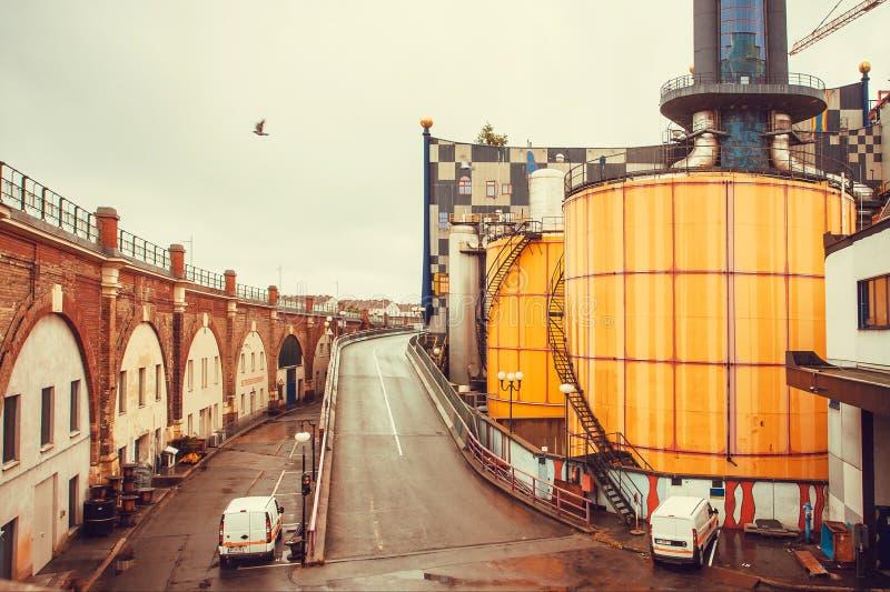 Sonderbare Struktur der Spittelau-Müllverbrennungsanlage im Konzept des Künstlers Hundertwasser stockbilder