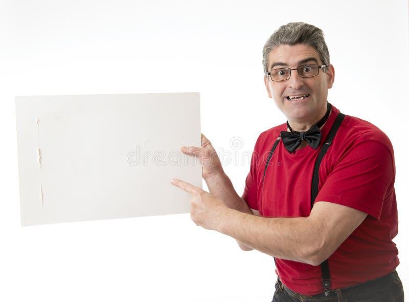 Sonderbares und lustiges 40s zum Mann der Verkäufe 50s mit bowtie und rotem Hemd p stockfoto