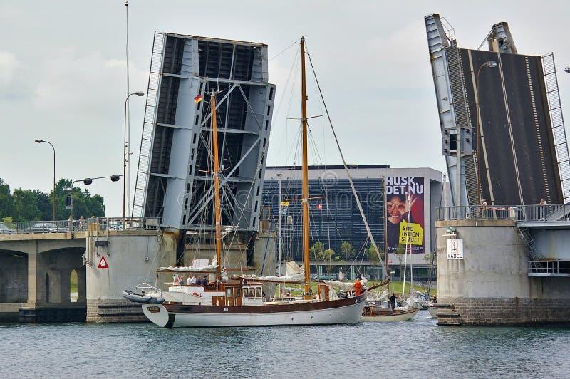 Sonderborg Danmark - Juli 5th, 2012 - traditionellt två-masted seglingskepp som passerar den öppnade klaffbron för konung Christi royaltyfria foton