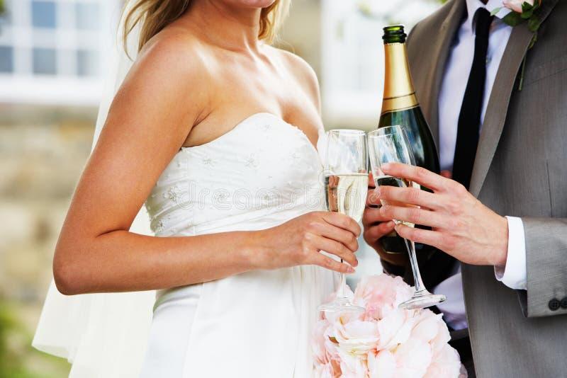 Sonderkommando der Braut und des Bräutigams Drinking Champagne At Wedding stockfoto