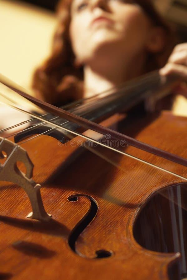 Sonderkommando der Frau Cello spielend lizenzfreies stockbild