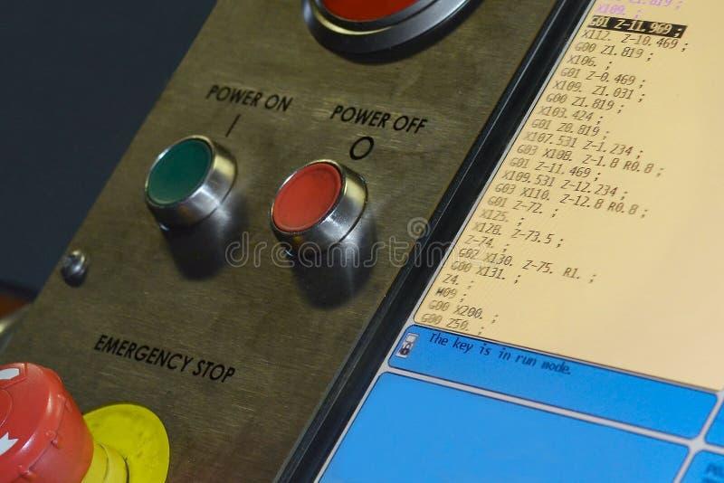 Sonderkommando des CNC-Maschinenmonitors mit laufendem G-Codeprogramm stockbild
