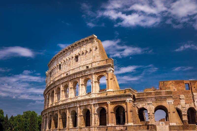 Sonderkommando-Nahaufnahme Roms Colosseum mit Wolken stockfotos