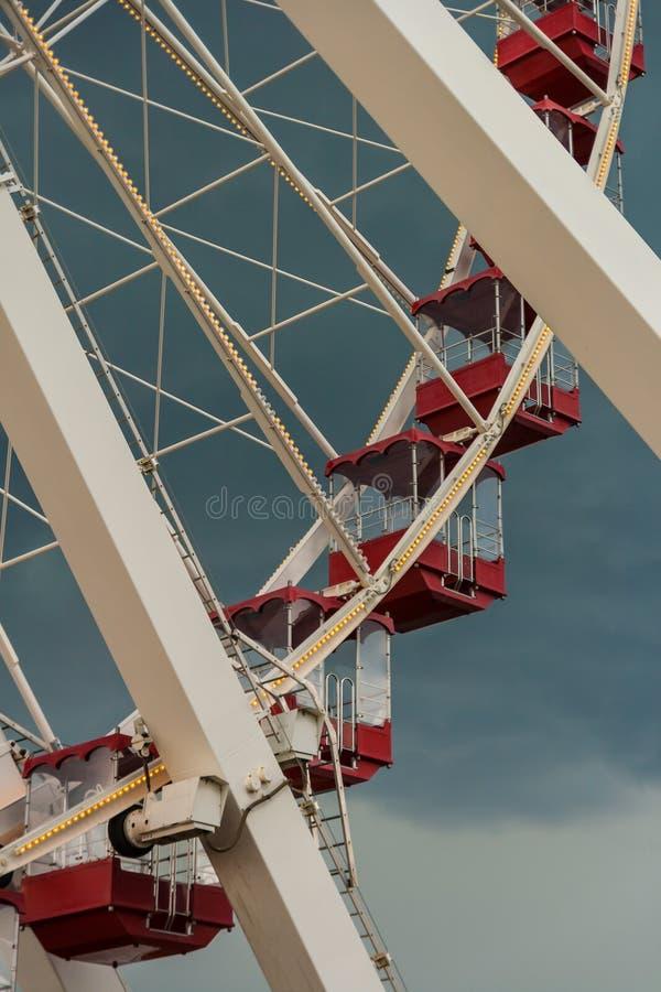 Sonderkommando von Ferris Wheel mit roten Gondeln lizenzfreies stockfoto