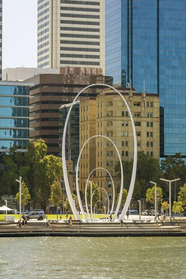 Sonderkommando von im Stadtzentrum gelegenem Perth gesehen von der Fußgänger- Brücke von Elizabeth Quay, West-Australien stockbild
