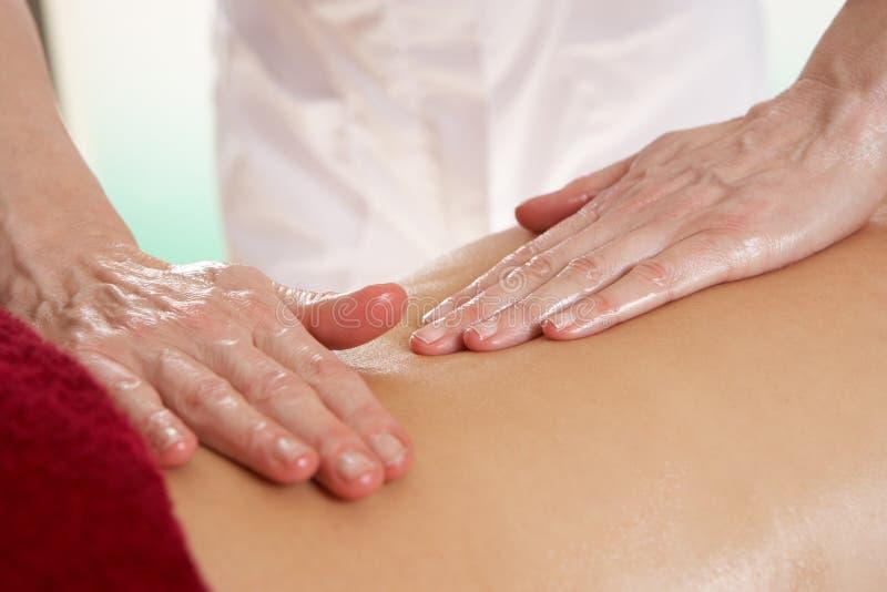 Sonderkommandofrau, die rückseitige Massage hat stockfotografie