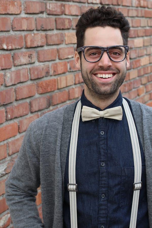 Sonderling Guy With Glasses, Fliege und Backsteinmauer-Hintergrund stockfoto