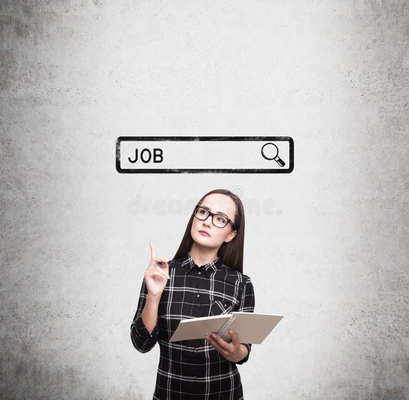 Sonderlingsmädchen, das nach einem Job sucht stockbild