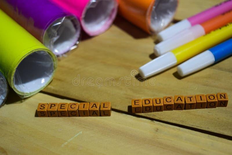 Sonderschule auf hölzernen Würfeln mit buntem Papier und Stift, Konzept-Inspiration auf hölzernem Hintergrund stockfoto