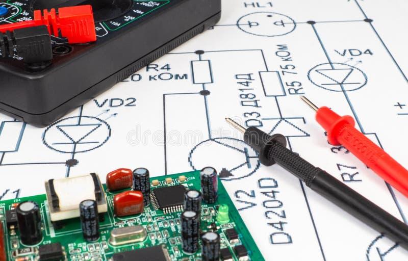 Sondes de multimètre examinant une carte d'ordinateur photographie stock libre de droits
