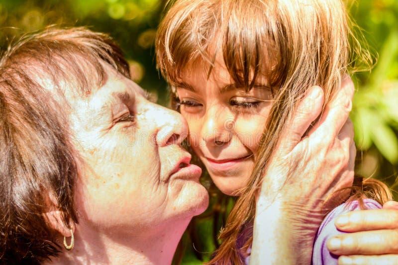 sondotterfarmor henne som kysser royaltyfria bilder