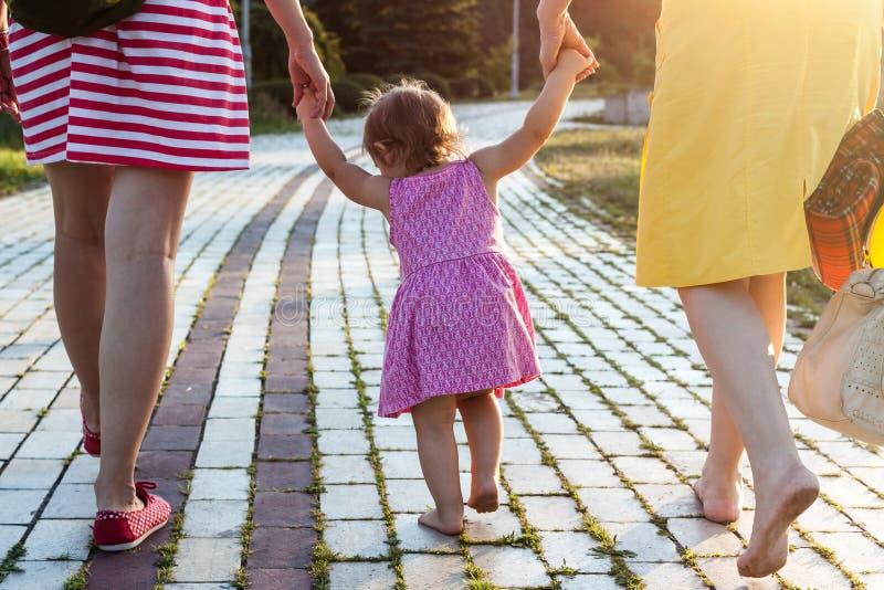 Sondotterinnehavhänder av modern och farmodern royaltyfri foto