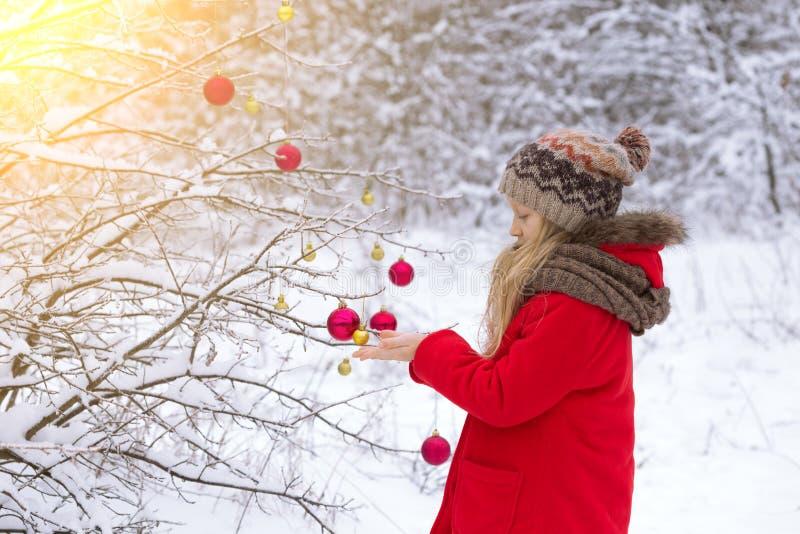 sonen för snowing för mum för grönt omslag för fader för lag för blått lock för basker går den röda vinter royaltyfri foto