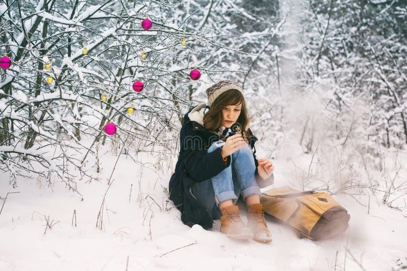 sonen för snowing för mum för grönt omslag för fader för lag för blått lock för basker går den röda vinter arkivfoton