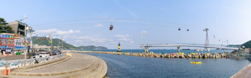 Songdo Wyrzucać na brzeg linię horyzontu, Songdo chmury ślada i Pieśniowego Morskiego wagon kolei linowej w Busan, Południowy Kor zdjęcie stock