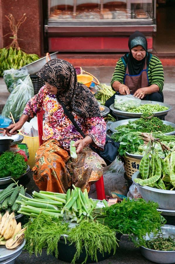 Songkhla - la Tailandia - vari generi di verdura locale fresca che vende dai venditori musulmani al mercato di Kim Yong, Hat Yai fotografia stock libera da diritti