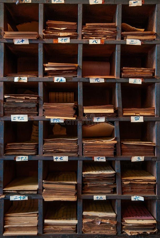 Songkhla, TAHILAND - Stary rocznika grunge drewna pudełko pomyślność papier Songkhla miasta filaru świątynia przy Nang Ngam ulicą zdjęcie stock