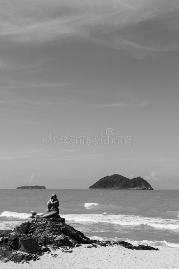 Songkhla, Tailândia - ícone de bronze do marco da estátua da sereia do seascape famoso da praia de Samila na temporada de verão c imagem de stock royalty free