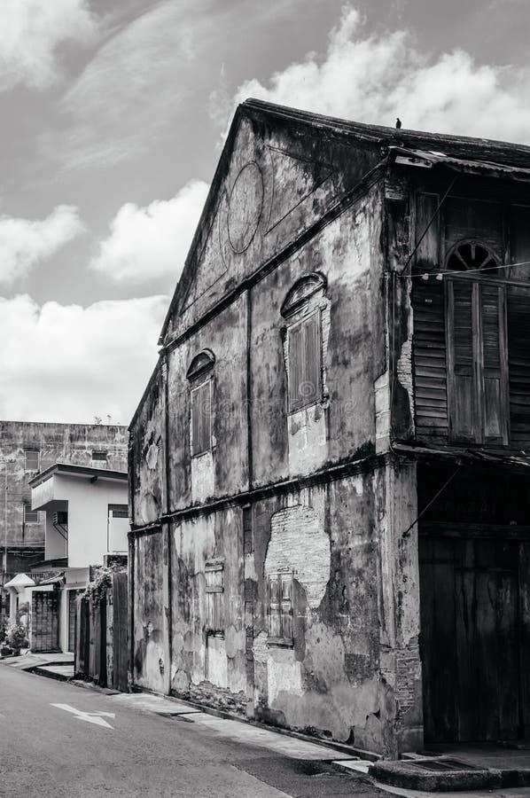 Songkhla, TAILANDIA - costruzione coloniale Chino-portoghese di vecchio lerciume con la parete logora e le finestre a Songkhla Na fotografia stock libera da diritti