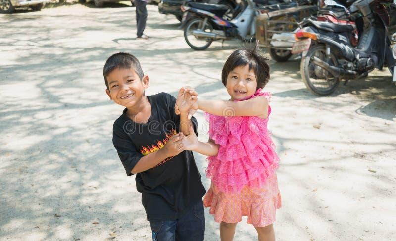 Songkhla, Thaïlande - 8 avril 2017 : Garçon et fille ayant l'amusement ensemble chez Wat Kongkawadee dans Songkhla Thaïlande images stock