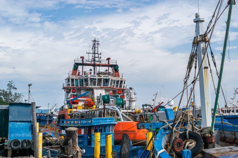 Songkhla, Thailand - 6. August 2017; Ansicht von industriellen Schiffen im Hafen von Songkhla See nahe durch Nang-ngam Straße stockbilder