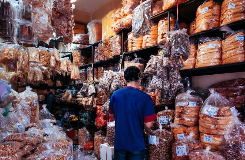 Songkhla, Thailand - Diverse soorten droge voedselingrediënten en droge zeevruchten winkelen in beroemd Kim Yong Market stock foto