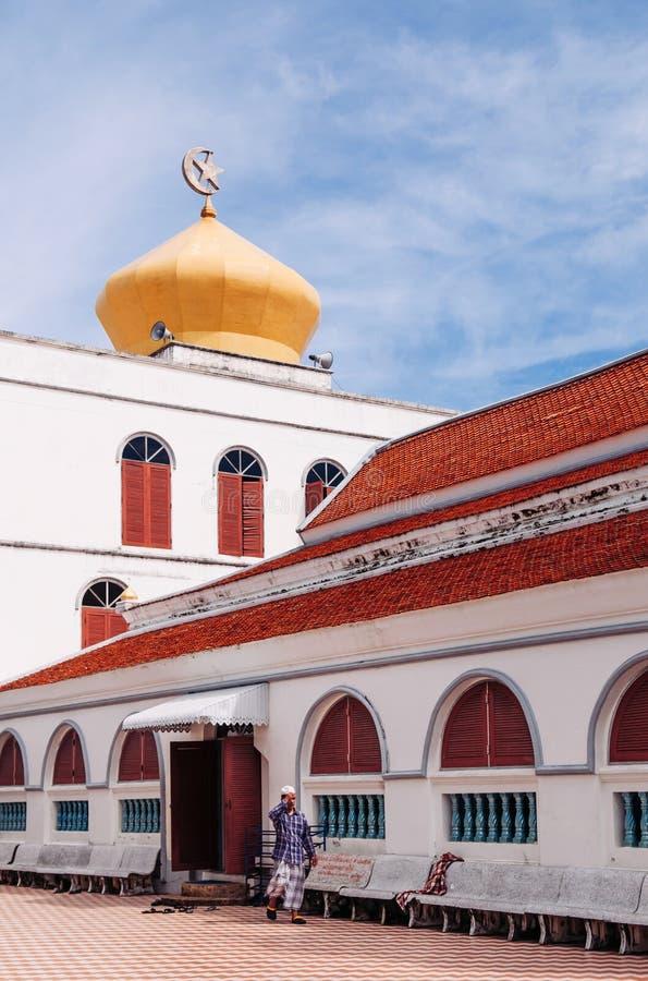 Songkhla, THAILAND - Golden Dome und Minarett von Islam Masjid Asasul mit blauem Himmel Nur thailändische traditionelle Architekt lizenzfreie stockfotografie