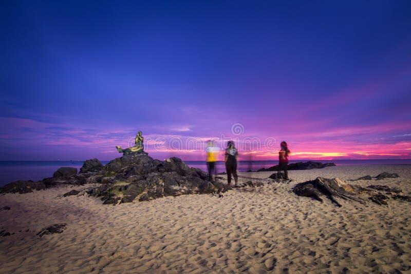 Songkhla Thailand - SEPTEMBER 17, 2016: Turist- tagande foto till en turist- dragning för populär sjöjungfrustaty på den Samila s royaltyfri bild