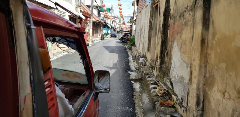Songkla,泰国- 1月 27日2018年:微型卡车出租汽车通过狭窄的胡同驾驶了在老镇 免版税库存图片