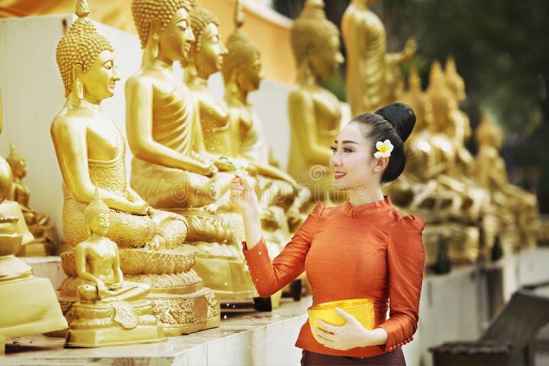 Songkran festival, ceremoni för Buddhastatyvatten i songkranfestivalen, traditionella Thailand arkivbild