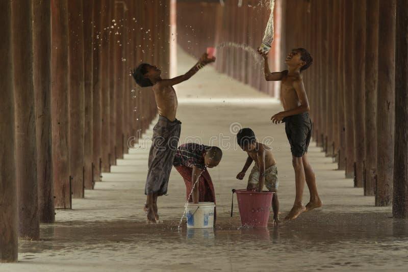 SONGKRAN, SALAY, MYANMAR Murch crianças de 10,2016 grupos eram splas fotos de stock royalty free