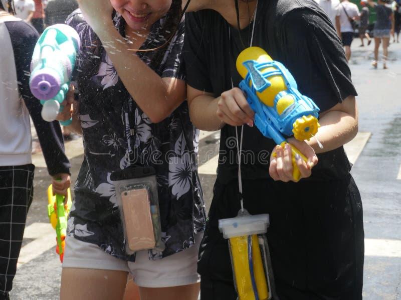 Songkran vattenfestival på den Silom vägen royaltyfri foto