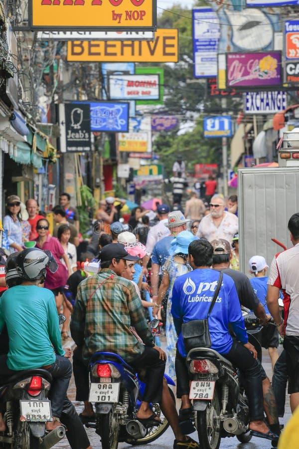 Songkranfestival - Mensen en reiziger om waterplons op straten van de Pattaya-stad te spelen Thailand, royalty-vrije stock afbeeldingen