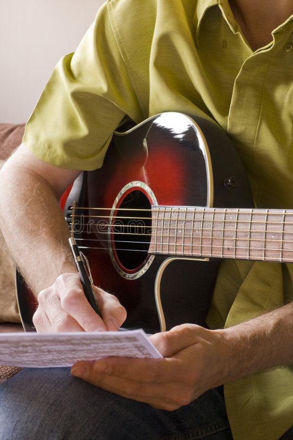 Songwriting auf Akustikgitarre lizenzfreie stockfotos