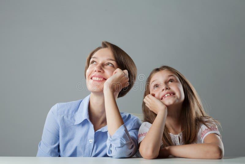 Sonhando irmãs na tabela imagens de stock royalty free