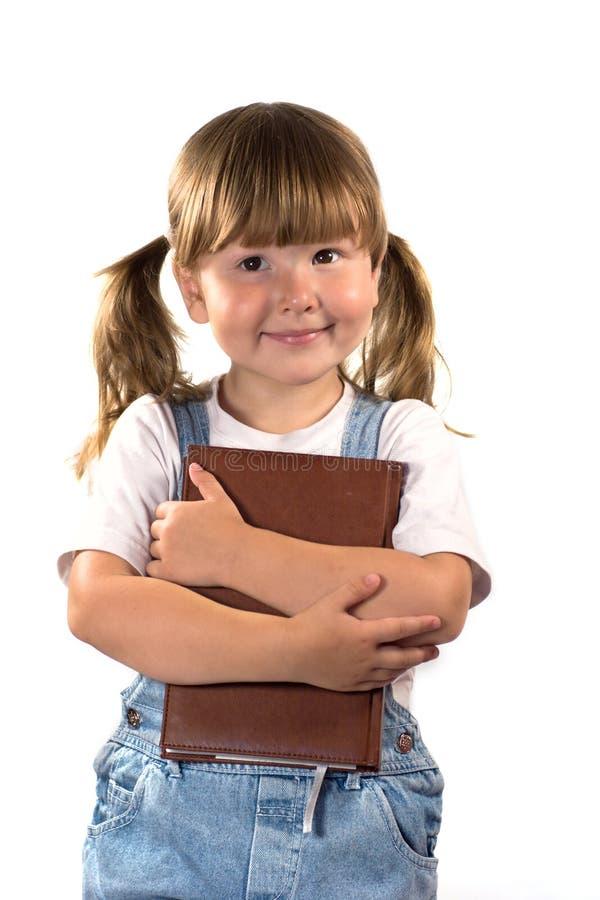 Sonhando a menina com livro imagem de stock royalty free