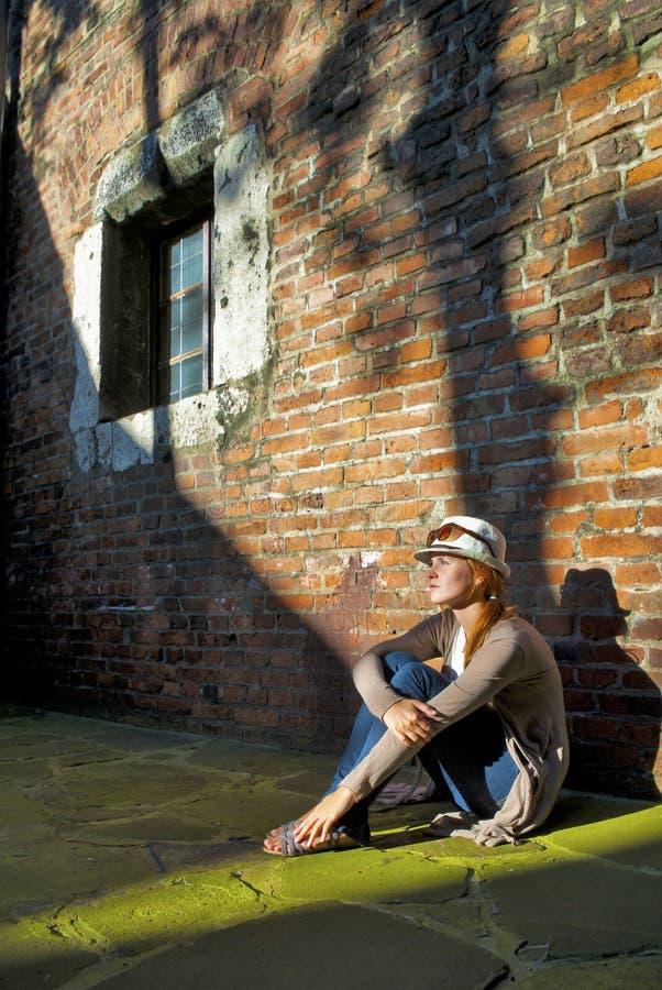 Sonhando a mulher bonita com chapéu branco foto de stock royalty free