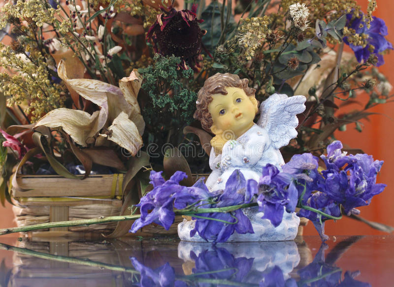Sonhando o anjo entre flores fotografia de stock